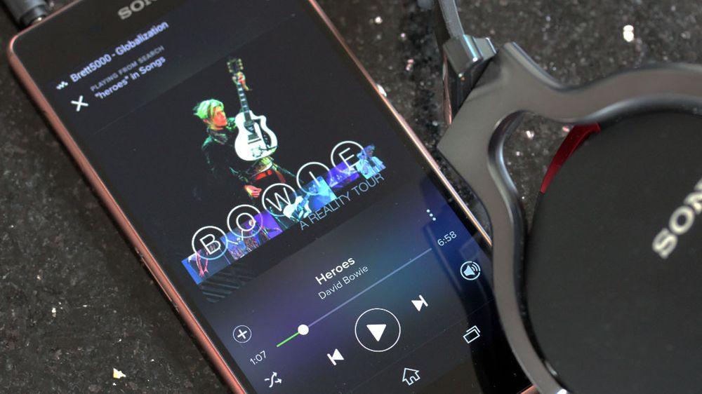 Sony kan musikk. Kobler du til et hodesett kan telefonen starte apper automatisk. Her har vi startet Spotify på denne måten.
