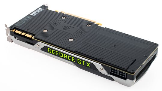 Nvidia GeForce GTX 980 har fått en sort bakplate, som kanskje kan hjelpe til med å lede unna litt varme. Den lille luken ved strømkontaktene er ment å kunne fjernes dersom man kjører flere slike kort i SLI for å forbedre luftgjennomstrømmingen.