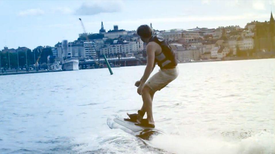Her surfer han på et el-wakeboard