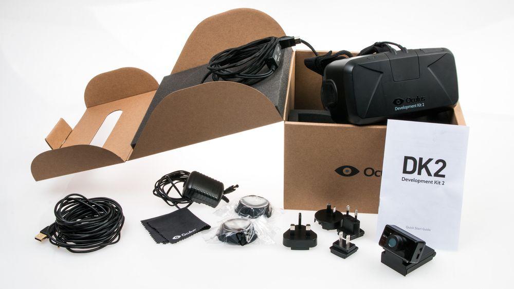 Når vi åpner esken er absolutt alle delene av settet pakket i plastposer, men med disse ryddet av veien har vi god oversikt over hva som følger med: Ekstra linser, støpsel-adaptere for en rekke forskjellige land, et strømadapter, pusseklut, en rekke forskjellige kabler, bruksanvisning og et slags webkamera. Og Oculus Rift DK2, selvfølgelig.