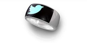 Twitter og Facebook er alltid tilgjenelige med SmartRing på fingeren.