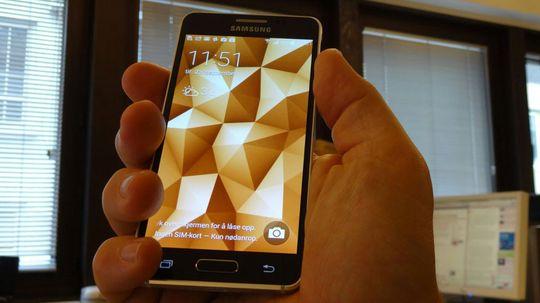 Samsung Galaxy Alpha ligger som støpt i en normalt stor herrehånd.