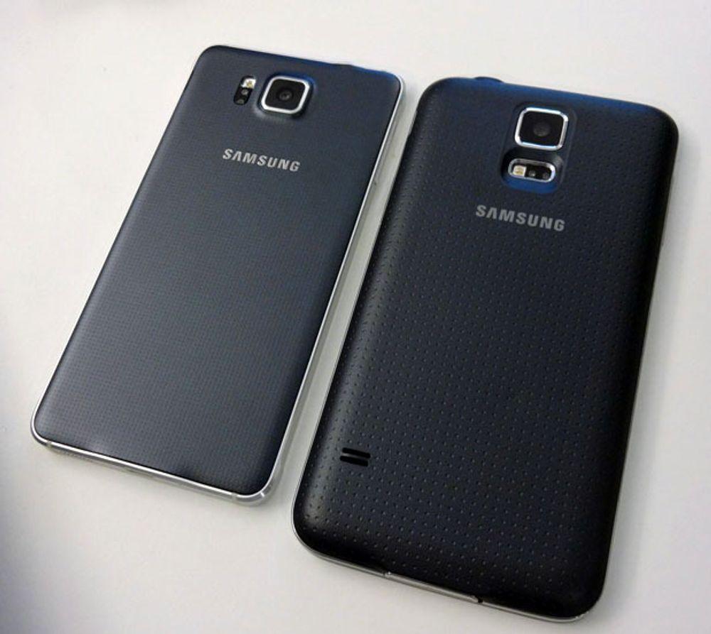 Ved siden av Samsung Galaxy S5.
