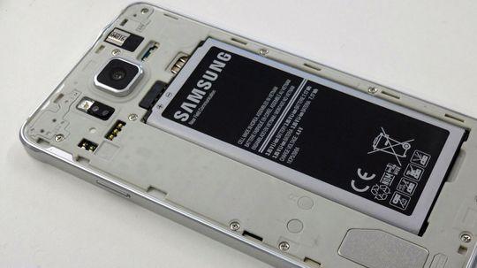 bakdekselet kan tas av. Det avslører at telefonen ikke er vannsikret slik Galaxy S5 er.