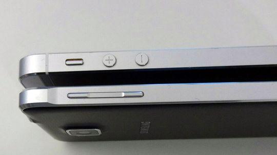 Rammen på Galaxy Alpha gir assosiasjoner til iPhone 5. (øverst). Men noen kopi er Alpha ikke.