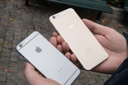 iPhone 6 Plus er vesentlig større enn den vanlige iPhone 6-utgaven.