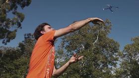 Dronen skal kunne sendes avgårde med bare en håndbevegelse.