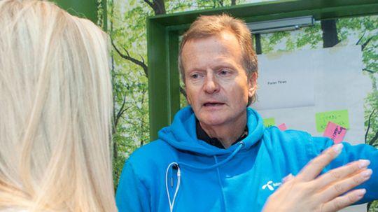 Julia Nyland i samtale med sjefen for Telenor, Jon Feredrik Baksaas.