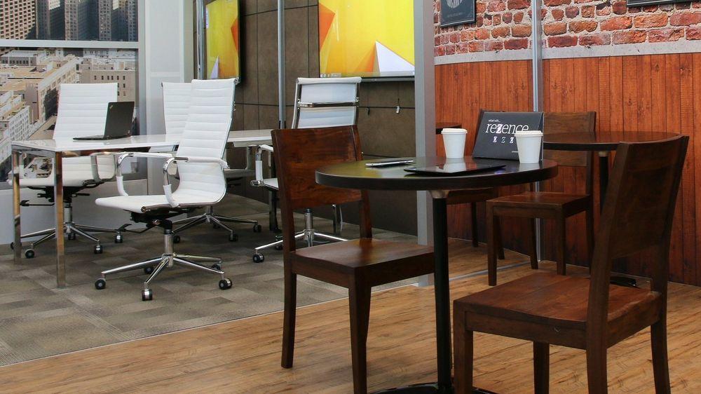 Slik ser Intel for seg et møterom og en kafé med trådløs lading integrert i bordplatene.