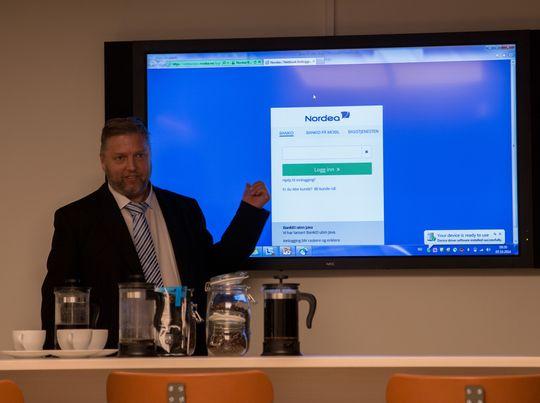 Steinar Birkeland i Nordea demonstrerer den nye Java-frie bank-innloggingen.