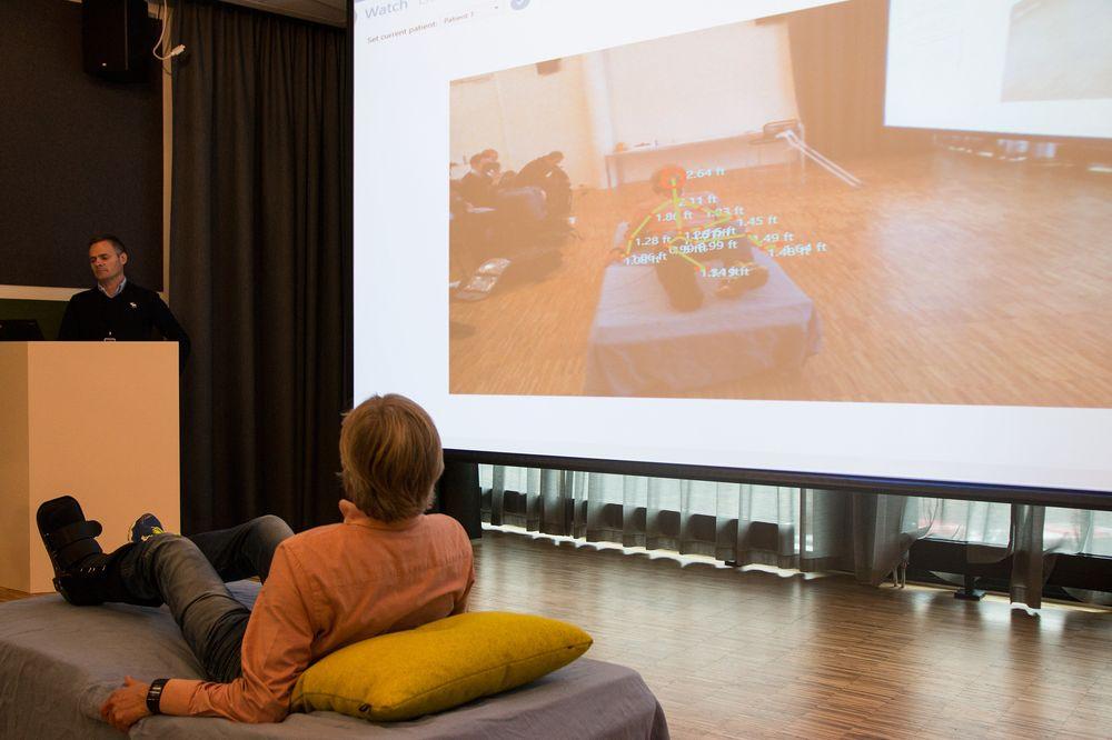 Gårsmoen ligger på «sykesengen», og ruller ut av sengen. Øyeblikkelig registrerer Kinect-sensoren dette, og sender ut et varsel om at en pasient på rom 1 har falt ut av senga.