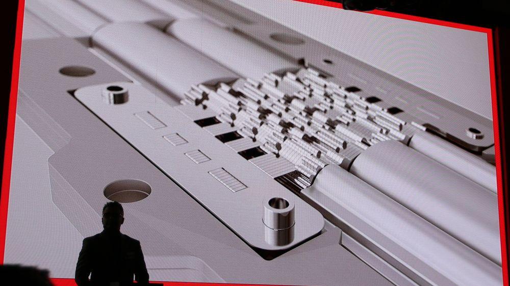 Sterkere skjermfeste enn tidligere med hundrevis av små aluminium- og stål-deler satt sammen. Her hgar Lenovo hentet inspirasjon fra armbåndsur.
