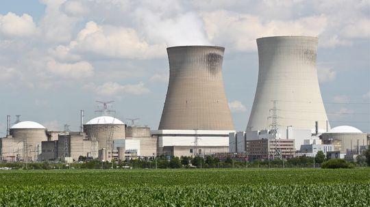 Selv om vanlige fisjonbaserte atomkraftverk bare slipper ut vanndamp, og stort sett er svært trygge, er det mange som er skeptiske til dem – for hvis det først går galt med et slikt, kan det gå fryktelig galt. Med fusjon slipper man den risikoen, men fusjonsreaktorer er enn så lenge bare en teoretisk mulighet.