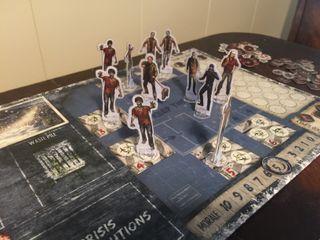 Jo flere mennesker som oppholder seg i kolonien, desto flere zombier strømmer til i hver omgang. Barrikader og zombieslakt må til for at kolonien ikke skal bli invadert.
