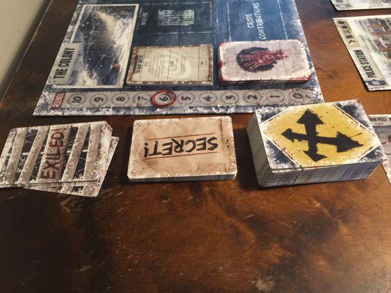 Kort spiller en sentral rolle i spillet, historiekort, agendakort og gjenstandskort.