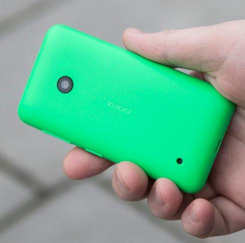 Bakdekselet er laget i tykk «leketøysplast». Den virker solid nok, men gir ikke det samme kvalitetsinntrykket som andre Lumia-modeller.
