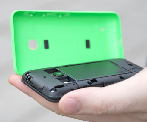 Det er mulig å ta av dekselet. Under har telefonen et utskiftbart batteri, SIM-kortskuff og plass for minnekort.