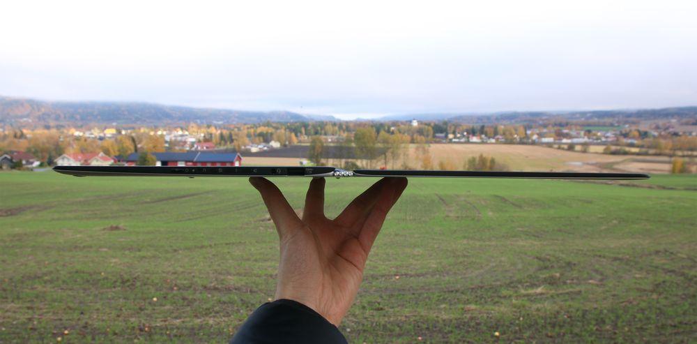 Lenovos Yoga 3 Pro er så tynn at det er vanskelig å fokusere når vi skal ta bilde av den.