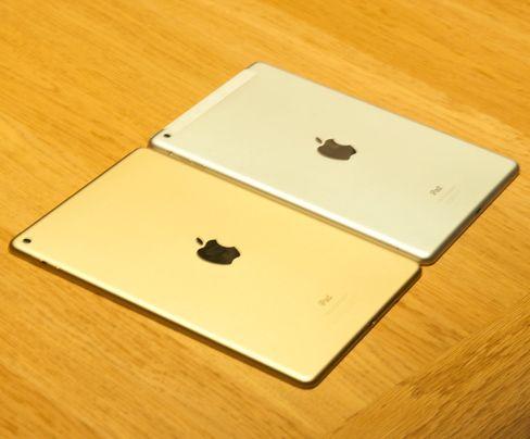Forrige og siste generasjon iPad Air ved siden av hverandre. iPad Air 2 for anledningen i gullfarget variant.
