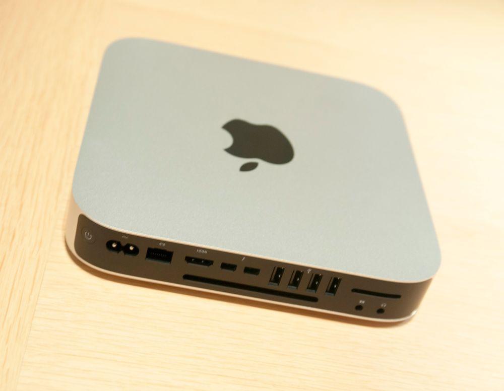 Mac Mini er ren i designen på forsiden og langs sidene, men baksiden er stappfull av tilkoblinger.