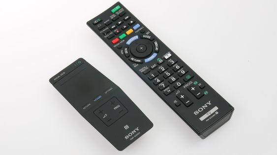 Det følger med to fjernkontroller. Modellen til venstre er smartkontrollen til Sony .
