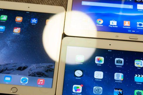 Det er betydelig mindre refleks i iPad Air 2-skjermen enn i andre nettbrett. Til venstre ser du iPad Mini 3, øverst til høyre er Samsung Galaxy Tab S, og nede til høyre er iPad Air 2.