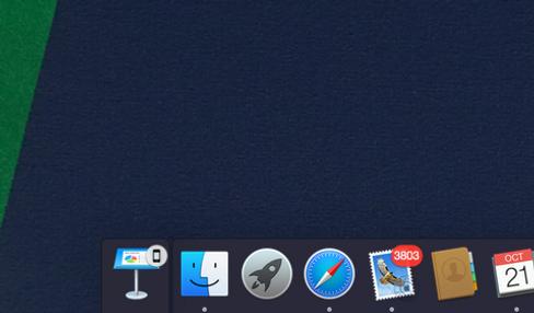 Continuity er samlenavnet Apple har valgt for sammenkoblingen av flere funksjoner i iOS- og OS X-enheter. Her får vi opp et varsel på PC-en om at en presentasjon er åpen på telefonen. Når vi forsøker det samme fra iPad Air 2 blir ikonet i hjørnet litt annerledes.