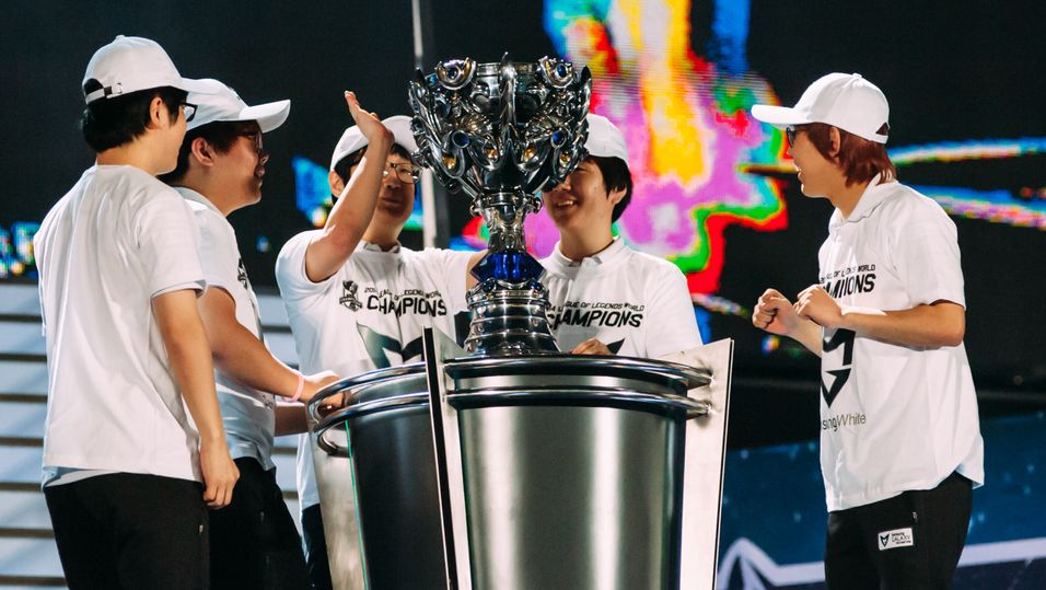 Samsung White med Summoners Cup.