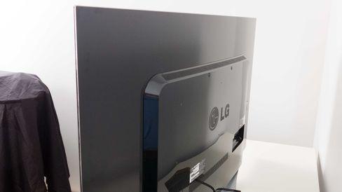 Elektronikken sitter plassert i et rektangulært «utbygg» på baksiden av TV-en .