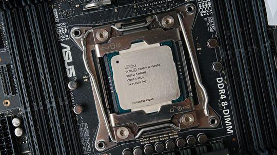 Intels toppmodell Core i7 5960X kan med sine åtte fysiske prosessorkjerner og HT-teknologi håndtere 16 samtidige oppgaver.
