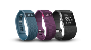 Tre av Fitbits aktivitetsarmbånd, Charge, Charge HR og Surge.