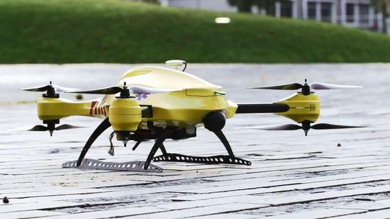 Her ser du ambulanse-dronen til 23-åringen Alec Momont.
