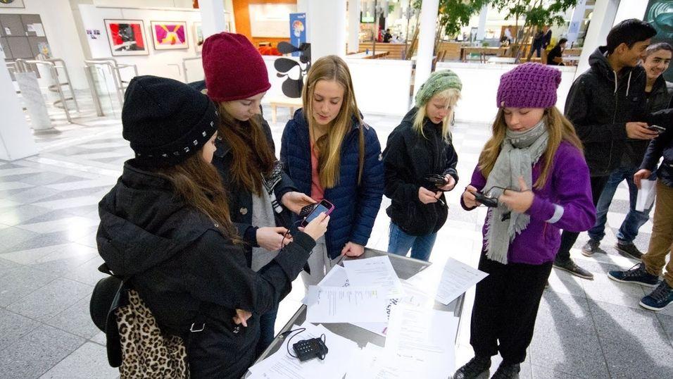 De 25 ungdommene samlet inn litt over 400 kroner hver med betalingsterminal på mobilen.