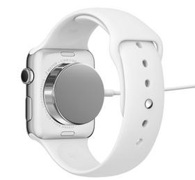 MÅ LADES HVER NATT: Batteriet i Apple Watch holder ifølge Apple ikke mer enn en dag, og må lades om natten. Utfordringer med batterikapasiteten skal være hovedårsaken til at Apple Watch ikke kommer på markedet før våren 2015.