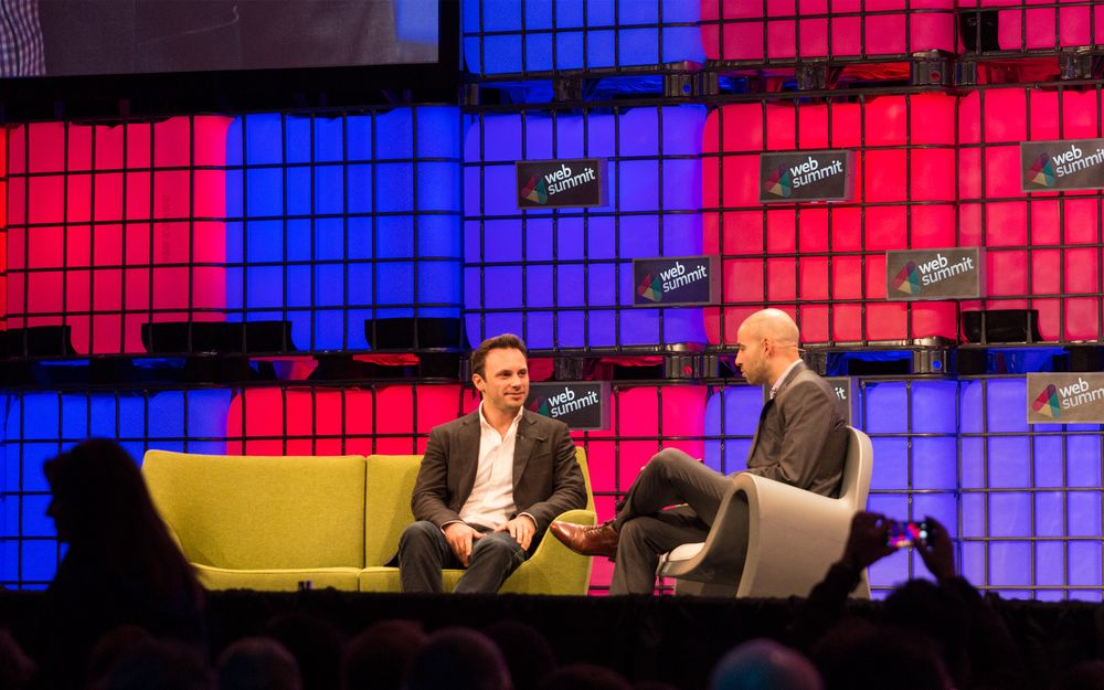 Toppsjefen i Oculus Rift, Brendan Iribe (til venstre) på scenen sammen med Jessi Hempel i Wired.
