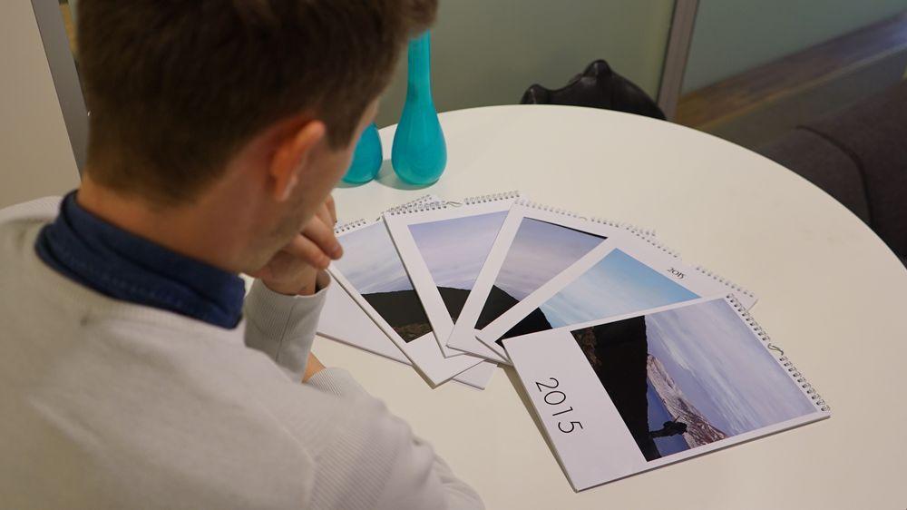 Vi studerer hvilken kalender vi syns ble best. Foto: Kjersti Stuestøl