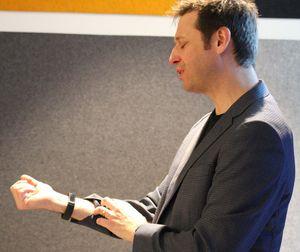 Steve Teixeira bruker selv et Microsoft-armbånd som samler store mengder data og sender det til skyen via mobiltelefonen han bærer.