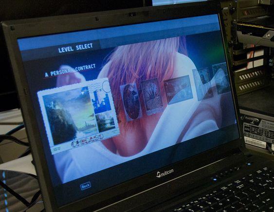 Du får best bilde ved å sitte rett foran skjermen. Fra kantene blir den raskt blass eller for mørk.
