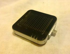 Denne lille solcelleladeren har vært i artikkelforfatterens tjeneste i noen år nå – og fungerer utmerket.