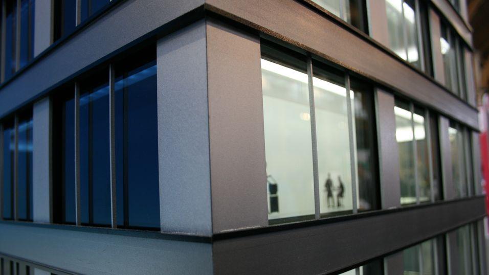Bildet av modellhuset viser tydelig at vindusrutene slipper gjennom mindre lys på den siden sola skinner på.