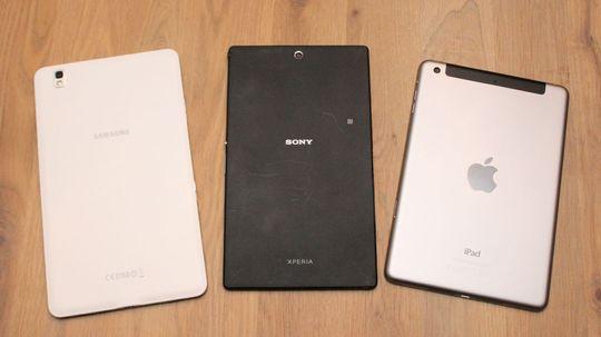 Baksiden på Xperia Z3 Tablet Compact er dørgende kjedelig, uten at det egentlig gjør så mye. Til venstre Samaung Galaxy Teb S5 8.4, til høyre iPad Mini 2.