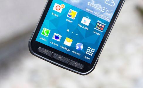 På Galaxy S5 Active er det fysiske knapper som dominerer rundt skjermen.