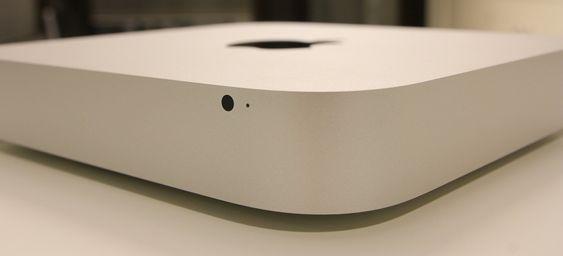 Designen kjennetegnes av runde hjørner og skarpe kanter. Her fronten med IR-sensoren og den lille status-LED-en.