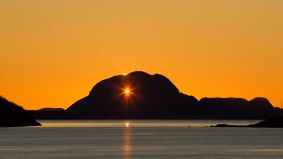 Her skinner solen gjennom hullet i fjellet Torghatten.