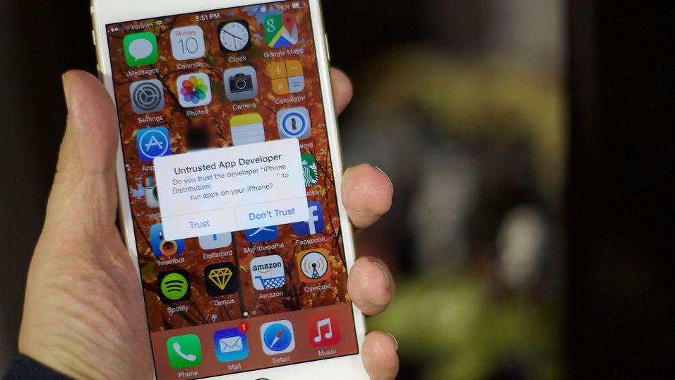 MASKERT ANGREP: En sikkerhetssvakhet i iOS innebærer at du blir lurt til å installere en app, for eksempel ved at du får en anbefaling om det per SMS eller epost, som gir andre kontroll over innhold på telefonen din.