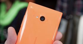 Bilde av Lumia 735. Lumia 730 ser identisk ut, og skiller seg bare fra førstnevnte ved at den har plass til to SIM-kort men mangler 4G-støtte.