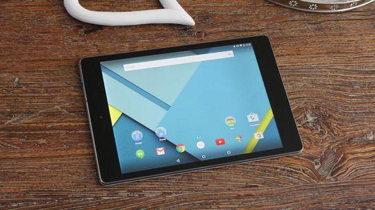Den minner unektelig mye om iPad. I størelse havner den mellom iPad Mini og iPad Air.
