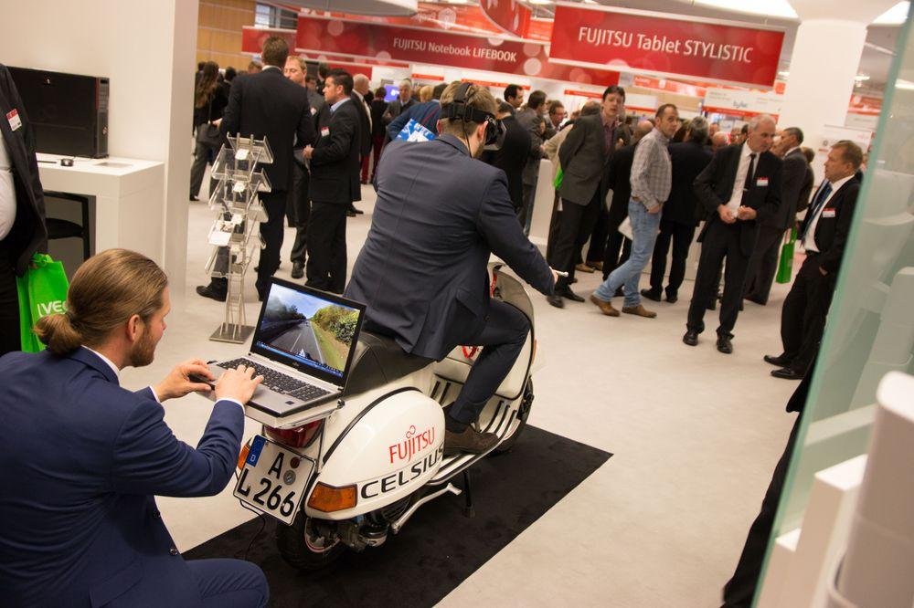 Folk flokket seg rundt VR-demoen av  scooteren. .