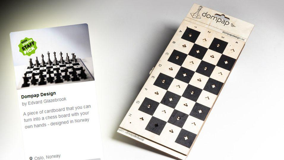 Sjakkbrikkene fester seg til brettet