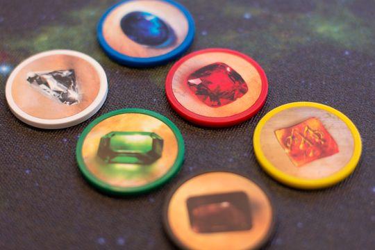 Juvelbrikkene er ordentlig solide poker-chips i leire.